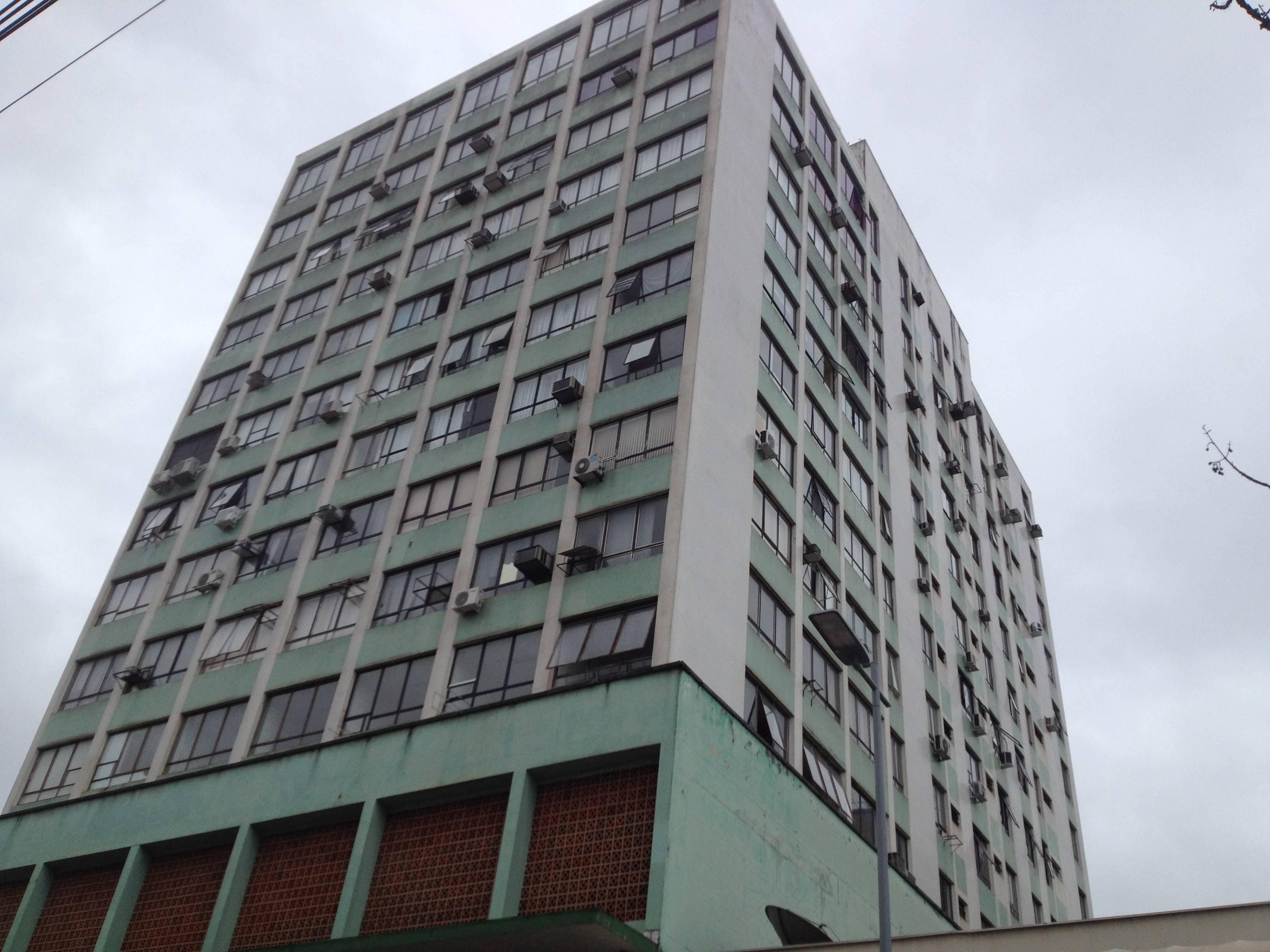 Descrição acessível: Imagem do Edifício Manchester vista de baixo