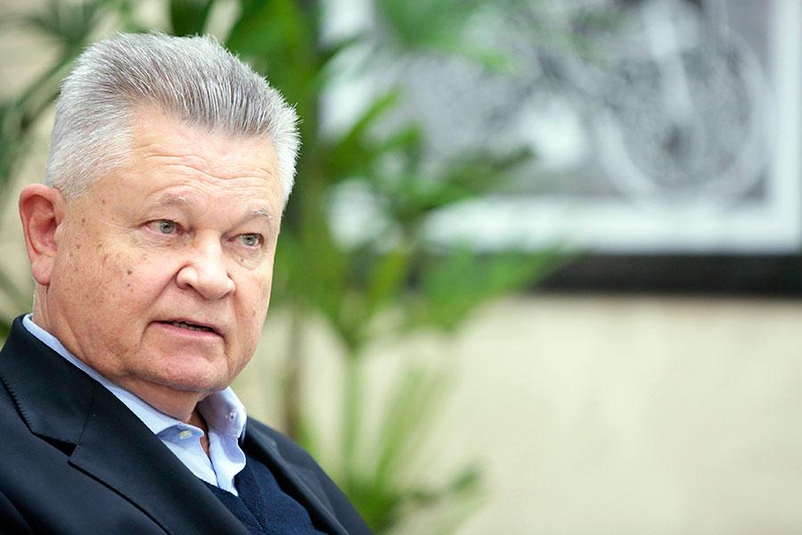 Prefeito Udo Döhler durante entrevista